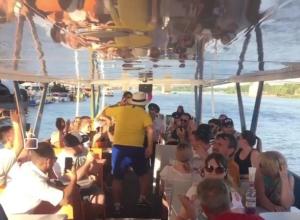 Упитанный болельщик из Португалии устроил зажигательные танцы на речном судне в Ростове