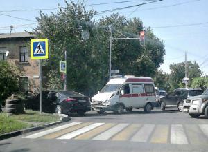 На «злополучном» перекрестке Ростова скорая помощь врезалась в иномарку