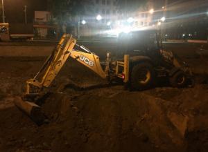 «Дикий» экскаватор с пьяными рабочими оборвали ночной сон жильцов в центре Ростова