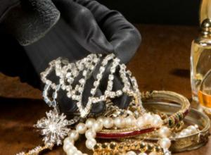 «Клад» почти на миллион рублей обнаружил в шкафу у женщины молодой разбойник под Ростовом