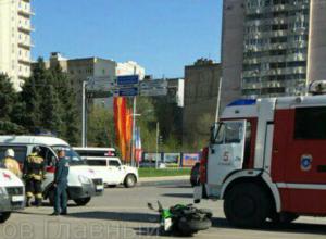 Мотоциклист вылетел из седла в Ростове после жесткого столкновения с машиной