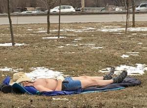 Обнаженного на снегу в Ростове мужчину поймали на видео