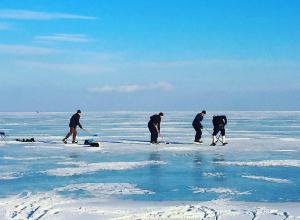 Экстремальный хоккей на льду Азовского моря устроили жители Ростовской области