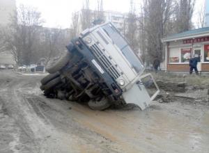 В Ростовской области работники водоканала провалились под землю на КамАЗе.Видео