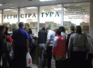Женщина умерла в очереди в поликлинику на глазах у шокированных пациентов в Ростовской области