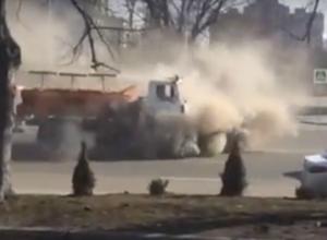 Адская уборка улиц Ростова с «сатаной» за рулем спецмашины попала на видео