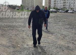 Дерзкие мошенники на парковке возле рынка в Ростове угрожали девушке и попали на фото