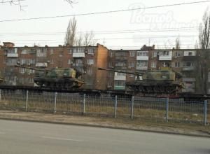 Эшелон военной техники под окнами пятиэтажек вызвал жаркие споры и насмешки жителей Ростова