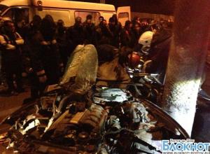 В Ростове иномарка врезалась в столб: 1 погиб, 2 ранены