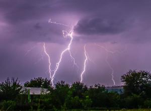 Мощные раскаты грома и страшная молния перепугали ростовчан