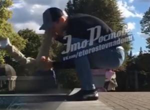 Игровые окунания папой сына в уличный фонтан вызвали смех и осуждения у жителей Ростова