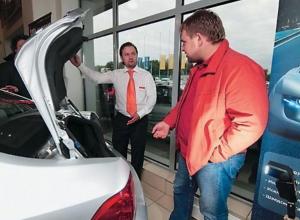 Падающий рубль опустошил ростовские автосалоны: с нового года цены увеличатся от 3 до 20%