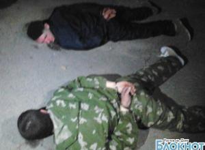 В Ростове двое мужчин в масках и с автоматами избили саперной лопаткой сторожа стройки