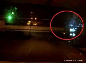 Появилось видео с автобусом, едва не въехавшим в супермаркет «Тихий Дон»