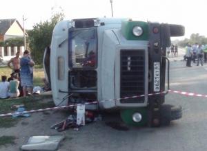В Ростовской области в автобусе, попавшем в ДТП, ехал детский творческий коллектив. Видео