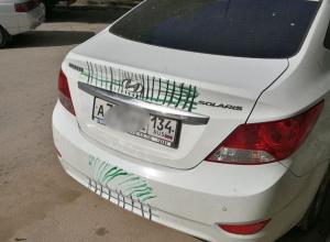 Вандалы изрисовали символами НАТО волгоградскую иномарку в Ростове