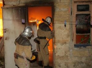 Женщина сгорела во сне в объятом пламенем коттедже в Ростовской области