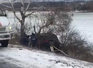«Сброшенный» скользкой трассой в кювет внедорожник разбился о дерево в Ростовской области
