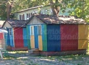 Предложение пожить в разноцветном сарае за 15 тыс. рублей в сутки взбесило жителей Ростова
