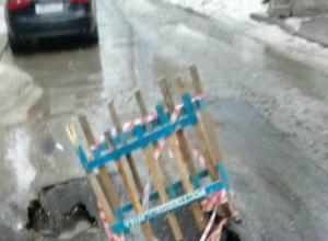 Свежеуложенный асфальт развалился под колесами автомобилистов на следующий же день в Ростове