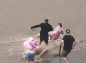 Спасение тонущей посреди проезжей части женщины в Ростове попало на видео