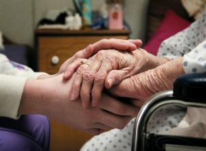 Уставшая сиделка «соблазнилась» заначкой тяжелобольной женщины в Ростове