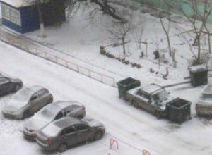 Мусорными баками обложили «бесячего» автохама жильцы многоэтажки Ростова