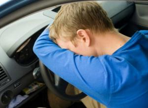 Загадочная смерть молодого мужчины в автомобиле обеспокоила жителей Ростовской области