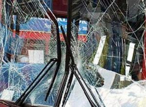 В Ростове маршрутка № 98 врезалась в опору уличного освещения и сбила пешехода