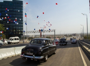 Торжественно открытый Ворошиловский мост в Ростове проверили на прочность винтажные ретро-кары