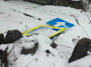 Ночные вандалы «с корнем» выдрали дорожный знак под Ростовом