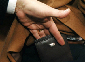 О любителях проверять карманы пассажиров общественного транспорта предупредили жителей Ростова
