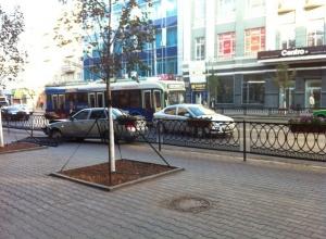 В Ростове на Большой Садовой Lada Priora протаранила забор и заехала на тротуар