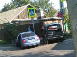 Двое горе-водителей «постучались» в дом на «проклятом» перекрестке в Ростове