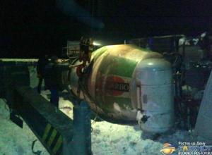 В Ростовской области на скользкой дороге цементовоз вылетел в кювет и перевернулся