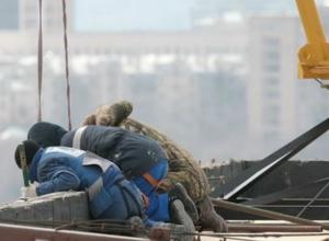 Двое рабочих насмерть разбились, упав с высоты 5-го этажа в Ростовской области