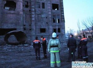 В Донецке под завалами обрушившегося здания до сих пор остается водитель экскаватора