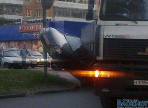 В Ростове иномарка повисла на столбе