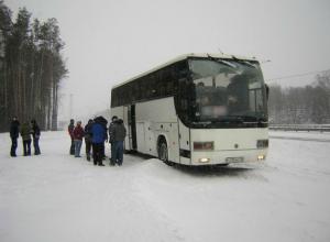 Беременную девушку с голодными пассажирами ростовского автобуса спасли от мороза под Саратовом
