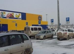 В Ростове женщина с ребенком взбесилась как сатана, когда активисты прогнали ее с парковки для инвалидов