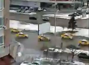 Удивительный свадебный автопробег сигналящих такси в Ростове попал на видео