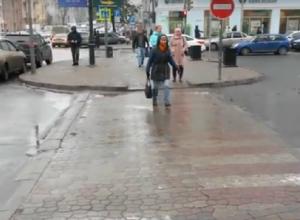 Простой способ защитиь пешеходов от дождя и водителей предложил ростовский блогер Артемий Зайцев