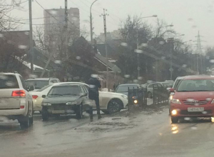 Автомобилисты попали в ледяной плен по дороге в ростовский аэропорт «Платов»