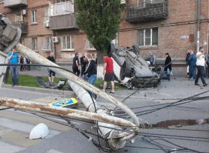 Массовая авария с переворотом иномарки о снесенный столб в Ростове попала на видео