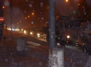 Тысячи ростовчан застряли в пробках: дорожные службы не справляются с уборкой снега