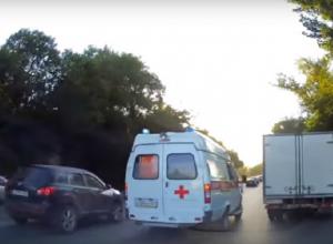 Джентльменское поведение ростовских водителей по отношению к спешащей на  вызов «скорой» попало на видео в Ростове