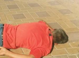 «Устал, отдохни»: лежащий лицом в брусчатку «интеллигентный» мужчина рассмешил жителей Ростова