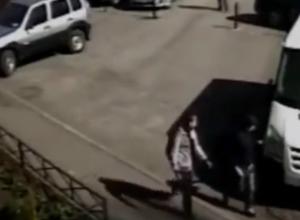 Маленькие хулиганы, царапающие дорогие иномарки во дворах Ростова, «попались» на видео