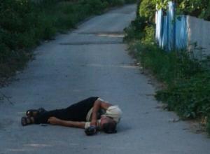 «Лежачий прохожий» составил конкуренцию автохамам и заблокировал проезд по улице в Ростове