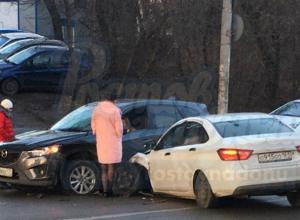 Москвичка на иномарке и ростовчанка на отечественном авто не поделили дорогу на Сельмаше